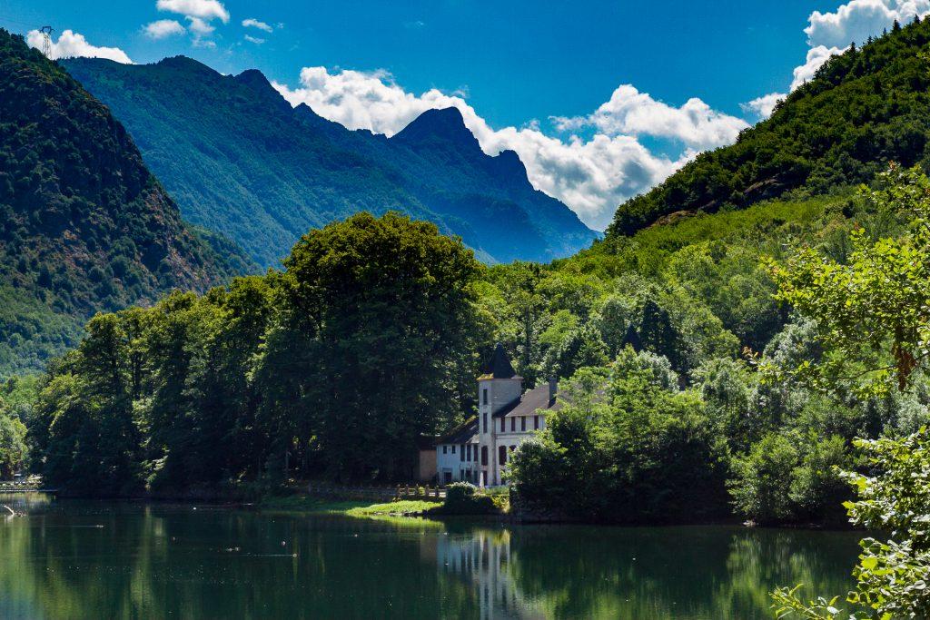 Belle maison au bord d'un lac, montagnes dans le fond. Belle image de territoire